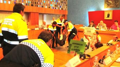 Desalojo de trabajadores ordenado por Tontxu Rodríguez (BarakaldoDigital)